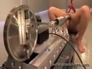 Рабыню трахают секс машиной